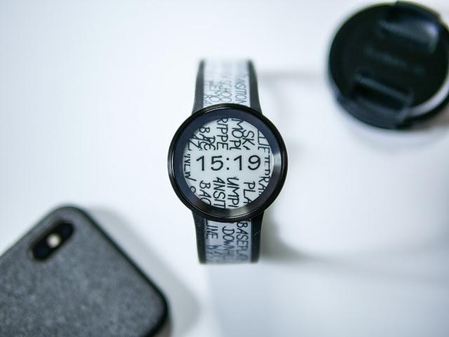 モノクロを身に着け出掛けよう。自分好みのスタイルに変えられる超個性的な腕時計「FES Watch U」レビュー